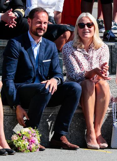 Kronprinsparet besøker Linderud skole.