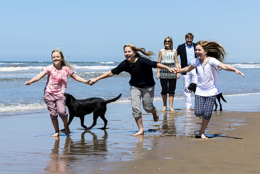 Princess Ariane, Princess Catharina-Amalia and Princess Alexia play on the beach during a photo session near Wassenaar