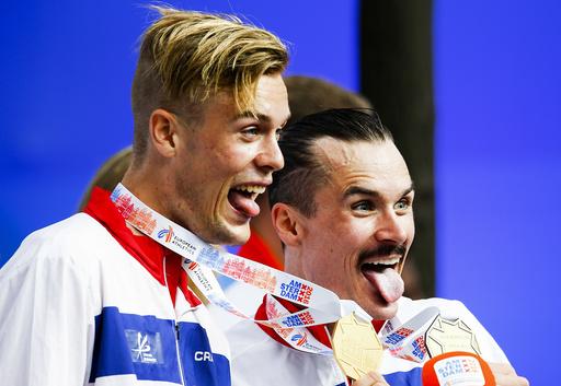 Dagens bilde fra NTB scanpix. Søndag fikk Filip Ingebrigtsen (t.v) sin EM gullmedalje og storebror Henrik sin EM bronsemedalje etter lørdagens 1500 meter under friidretts-EM i Amsterdam.