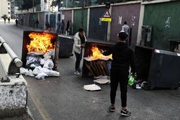 Demonstranter setter fyr på søppeldunker i Beirut. De sier de ikke har mer å tape. Foto: Bilal Hussein / AP / NTB