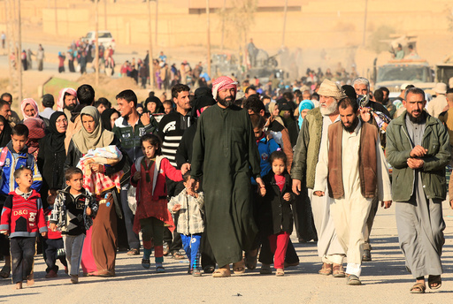Displaced people who fled Hammam al-Alil, south of Mosul, head to safer territory