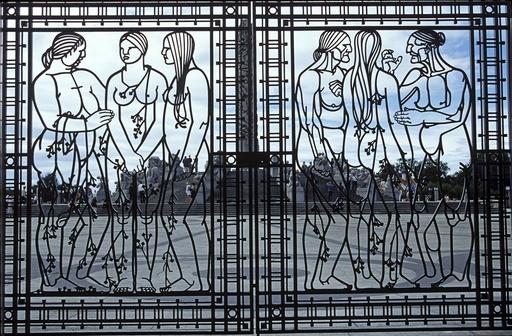 Smijernsport med kvinnemotiver og Monolitten i bakgrunnen. Kunst. Gustav Vigeland. Vigelandsanlegget. Frognerparken. Oslo.