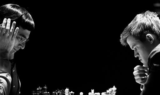 Magnus Carlsen (t.h.) og Viswanathan Anand spiller det andre partiet i sjakk-VM søndag.