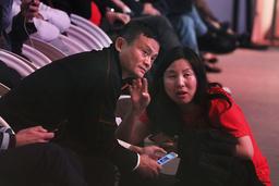 Jack Ma, her fotografert i 2018, har vist seg igjen etter å ha vært forsvunnet fra offentligheten i to måneder. Foto: Ng Han Guan / AP / NTB