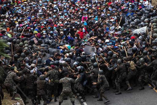 Migranter fra Honduras barket sammen med politiet i Guatemala 17. januar. Nå varsler myndighetene i landet at en ny gruppe migranter planlegger å legge ut på ferden til USAs sørlige grense. Arkivfoto: Sandra Sebastian / AP / NTB
