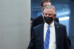 Senator Tommy Tuberville fra Alaska på vei til riksrettssaken i Senatet torsdag. Foto: Susan Walsh / AP / NTB