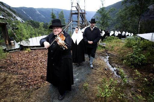 Knut Buen med sort skinnfrakk leder gravfølget i Marispelet. Teater, Sogelandet, Marispelet, Rjukan