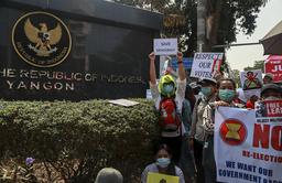 Demonstranter samlet seg onsdag utenfor Indonesias ambassade i Yangon, i protest mot at landets utenriksminister møtte en representant for militærjuntaen i Myanmar. Foto: AP / NTB