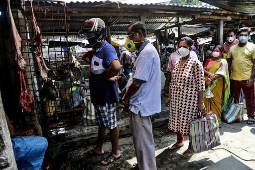 India er nå det tredje hardest rammede landet i verden av koronaviruset. Mennesker i byen Kolkata måtte søndag stå i kø for å kjøpe kjøtt. Andre deler av landet er preget restriksjoner som følge av virusutbruddet. Foto: Bikas Das/ AP/ NTB scanpix