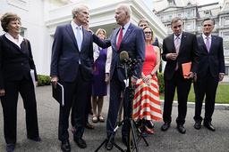President Joe Biden snakker med republikaneren Rob Portman utenfor Det hvite hus. Foto: Jacquelyn Martin / AP / NTB
