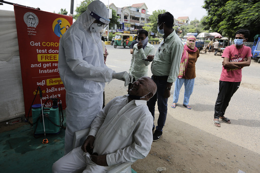 Folk testes for koronaviruset i Ahmedabad i India. Foto: Ajit Solanki / AP / NTB
