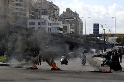 Bildekk brenner i Beirut mandag. Foto: Bilal Hussein / AP / NTB