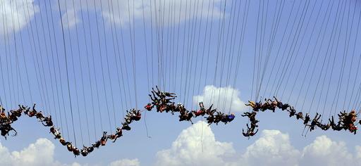 People jump off a bridge in Hortolandia