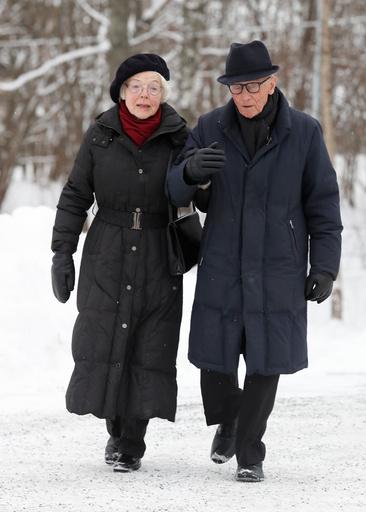 Tidligere statsminister Kåre Willoch og hans kone Anne-Marie ankommer tidligere statsminister Odvar Nordlis bisettelse i Tangen kirke i Hedmark fredag.
