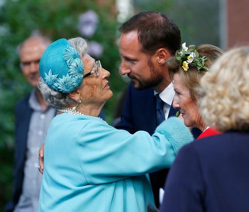 Kronprins Haakon og prinsesse Astrid i hageselskapet i Stiftsgården i Trondheim i forbindelse kongeparet 25 år som kongepar torsdag.