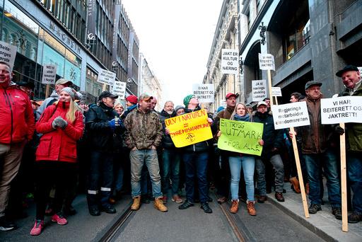Ulvemotstandere protesterer mot regjeringen.Demonstranter med plakater under protestaksjonen mot regjeringens vedtak om ikke å felle fire ulveflokker i ulvesonen i Hedmark.