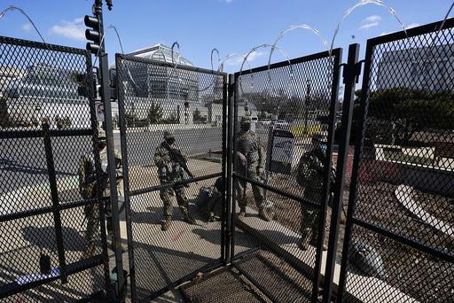 Sikkerhetsgjerdet som ble satt opp i januar står fremdeles oppe. Foto: Alex Brandon / AP / NTB