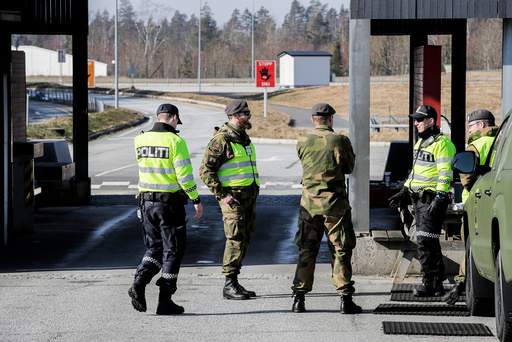 Svinesund 20200327.  Politi og militært personell (HV, Heimevernet) passer på ved grensen mellom Norge og Sverige på Svinesund.   Foto: Vidar Ruud / NTB scanpix