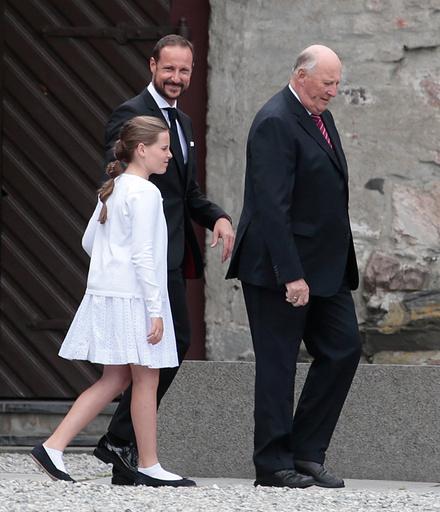 Kong Harald, prinsesse Ingrid Alexandra og kronprins Haakon etter fotografering av regliene i Erkebispegården i Trondheim forbindelse med markeringen av Kongeparets 25-Årsjubileum.