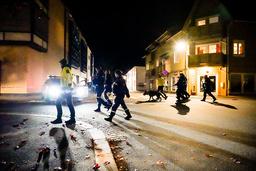 Politiet gjør undersøker i Kongsberg sentrum på kvelden etter angrepet onsdag. Foto: Håkon Mosvold Larsen / NTB