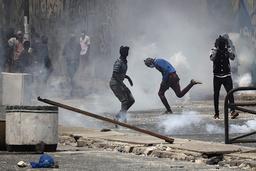 Demonstranter ble møtt med tåregass i Dakar fredag. Foto: Leo Correa / AP / NTB