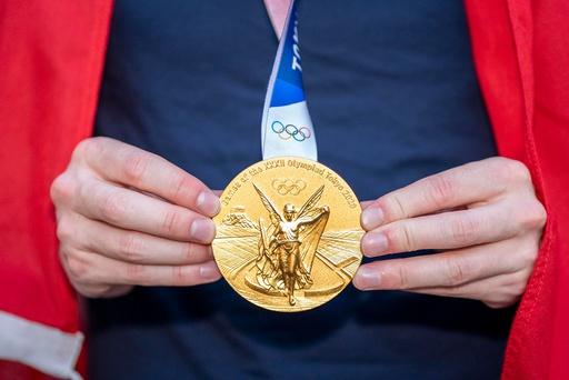 Karsten Warholm med sin OL-gullmedalje og det norske flagget dagen etter den historiske OL finalen og verdensrekord i 400 hekk på Olympisk stadion i Tokyo. Foto: Heiko Junge / NTB