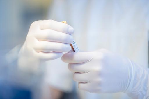 Testing av prøver for korona-antistoffer ved Oslo universitetssykehus Ullevål analyserer koronaprøver. En professor ønsker nå at flere av de koronadøde, skal obduseres. Foto: Stian Lysberg Solum / NTB scanpix