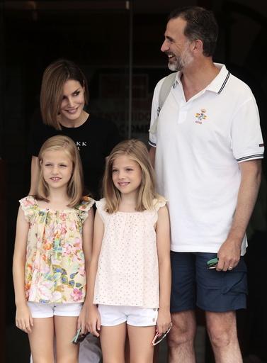 Spain's King Felipe and Queen Letizia pose with their daughters Princesses Sofia and Leonor in Palma de Mallorca
