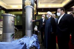 President Hassan Rouhani lytter til lederen av det iranske atomenergibyrået Ali Akbar Salehi under et besøk for å se på nytt  utstyr som skal gjøre landets atomprogram mer effektivt. Foto: Irans presidentkontor via AP / NTB