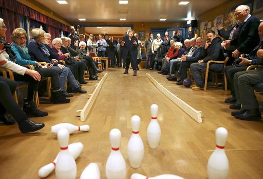 Statsminister Erna Solberg spiller bowling pFrivillighetssentralen i DombÂs.