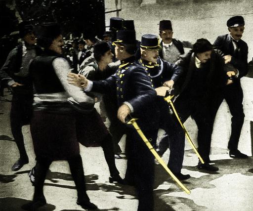 Sarajevo 1914, Verhaftung eines Mannes / Foto - Sarajevo 1914 / Arrest of Franz Ferdinand's assassin. -