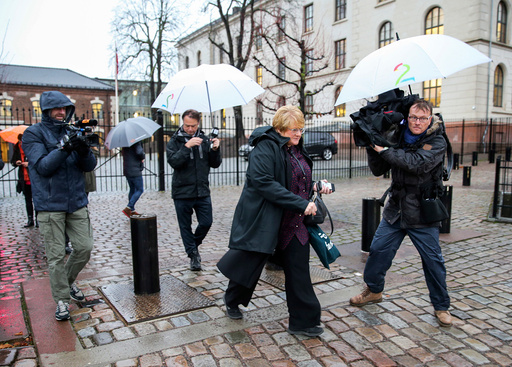 Venstres leder Trine Skei Grande går fra møte med statsministeren på SMK tirsdag formiddag.