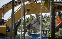 Det meste av den ødelagte bygningen er fjernet, og fredag ble søket etter omkomne formelt avsluttet. En person er fortsatt savnet etter ulykken for en måned siden. Arkivfoto: Jose A Iglesias / Miami Herald / AP / NTB