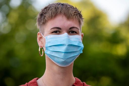 De aller fleste som smittes i Oslo er unge mellom 20 og 39 år. Helsemyndighetene anbefaler bruk av munnbind for å redusere smitten av korona, om man ikke klarer å holde en avstand på en meter til andre personer.  Foto: Terje Pedersen / NTB