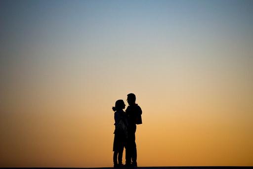 Dagens bilde fra NTB scanpix. Et par nyter solnedgangen på Operaen i Oslo tirsdag kveld. Sommer og fint vær.