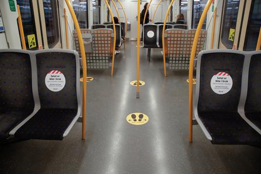 Ruter er i ferd med å gradvis fjerne klistremerkene på setene slik at passasjerer kan ta i bruk flere seter og spre seg mer i transportmidlene. Foto: Vidar Ruud / NTB scanpix