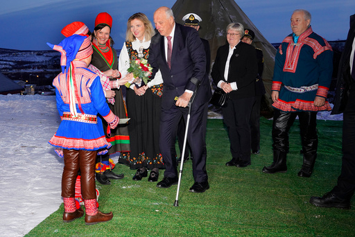 Riksarkivar Inga Bolstad (t.v.) og Kong Harald ankommer seremonien hvor dokumentet Lappekodisillenoverførerstil Samisk arkiv i Kautokeino tirsdag kveld. Foto: Terje Bendiksby / NTB