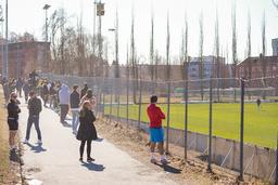 Publikum ble stående utenfor gjerdet under treningskampen Rosenborg og Raufoss i Trondheim lørdag. Et flertall av nordmenn ønsker å la fullvaksinerte se på kamp fra tribunen. Foto: Ole Martin Wold / NTB