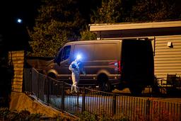Krimteknikere fra politiet gjør undersøkelser etter at en død person ble funnet i en hage i Loddefjord. Foto: Marit Hommedal / NTB