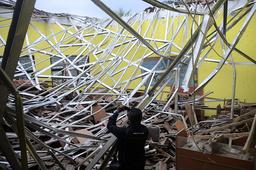 Denne skolen er en av mange bygninger som ble ødelagt i jordskjelvet på Java lørdag. Foto: Hendra Permana / AP / NTB