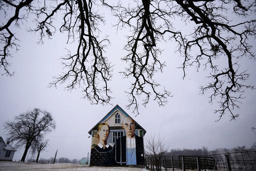 A barn with the mural of the