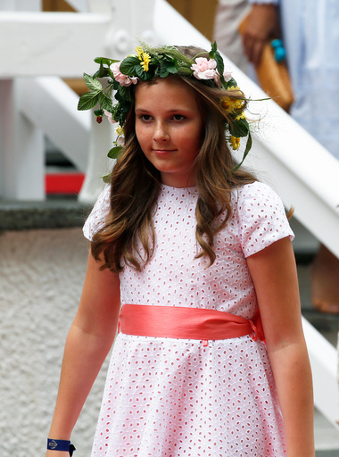Prinsesse Ingrid Alexandra i hageselskapet i Stiftsgården i Trondheim i forbindelse kongeparet 25 år som kongepar torsdag.