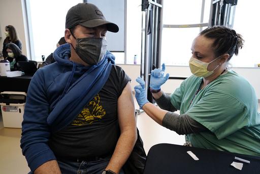 En mann får en koronavaksine i Colorado. Foto: David Zalubowski / AP / NTB