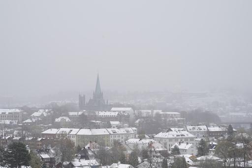 Trondheim 20200513.  Snøen kom til Nidarosdommen og Trøndelag også onsdag 13. mai. Foto: Gorm Kallestad / NTB