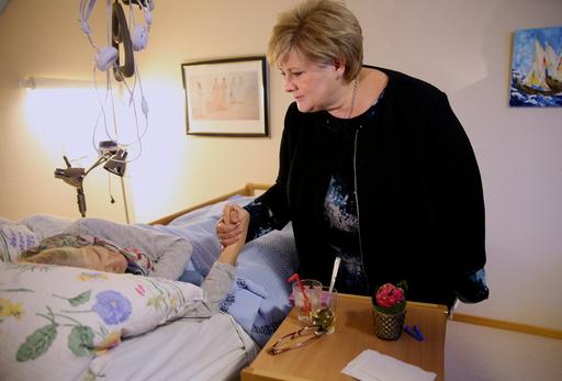 Statsminister Erna Solberg besøker Løkentunet sykehjem i Askim.