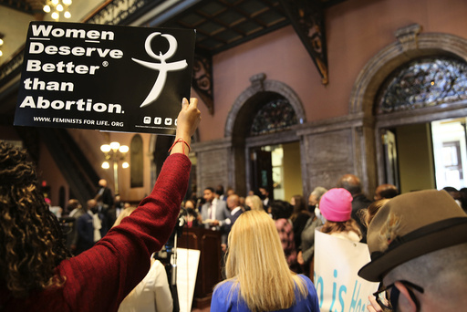 Aktivister hadde onsdag møtt fram ved delstatsforsamlingen i Columbia i Sør-Carolina i forbindelse med at delstatens guvernør trolig skal vedta nye abortrestriksjoner torsdag. Foto: Jeffrey Collins / AP / NTB