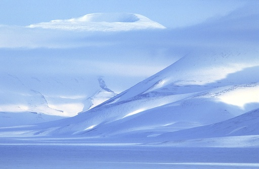 Snødekte fjell på Svalbard