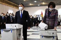 Kirigsistans president Sadyr Japarov og kona Aigul Asanbaeva avla sin stemme i folkeavstemningen om grunnlovsendringer. Endringene gir presidenten utvidet makt. Foto: Vladimir Voronin / AP / NTB