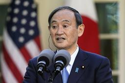 Statsminister Yoshihide Suga, her under en pressekonferanse med president Joe Biden fredag, har bedt Pfizer om å sikre flere vaksiner. Foto: Andrew Harnik / AP / NTB