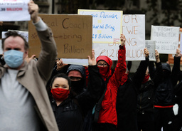 Skuespillere og artister demonstrerer mot strenge koronatiltak i London denne uka. Foto: Frank Augstein / AP / NTB